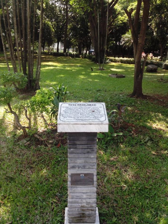 Pencangkulan pertama Soekarno untuk pembangunan Tugu Petir