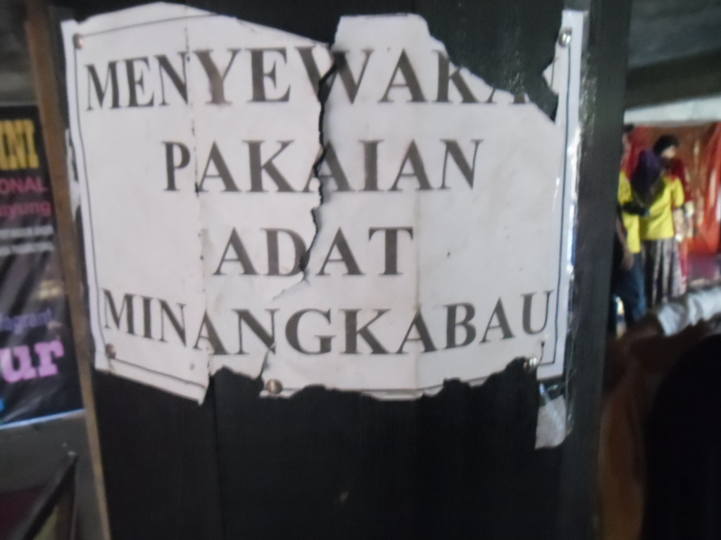 Menyewakan pakaian adat Minangkabau
